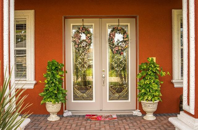 ozdobné dveře, květiny, rohožka, věnce