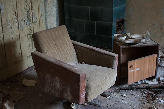 zničený nábytek.jpg