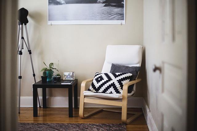 stolek u křesla.jpg
