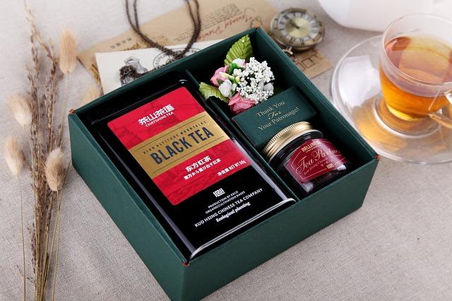 černý čaj v krabičce