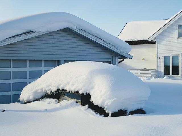 Vůz zavalený sněhem