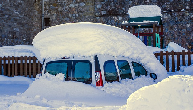 Auto pod sněhem