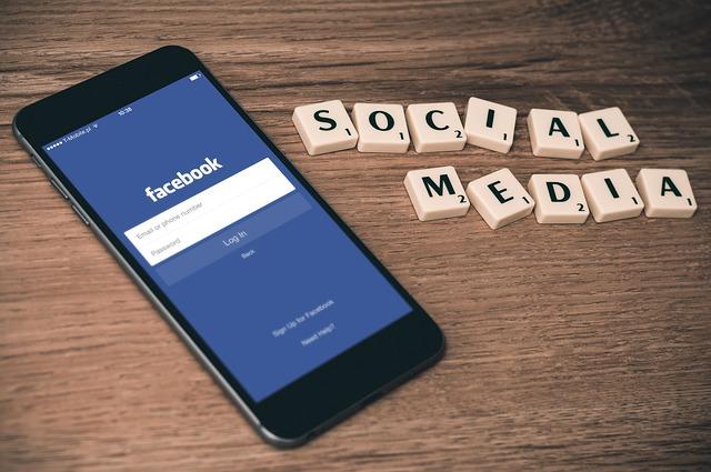 sociální média facebook smartphone