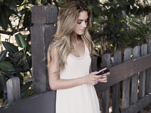 Dívka, mobil
